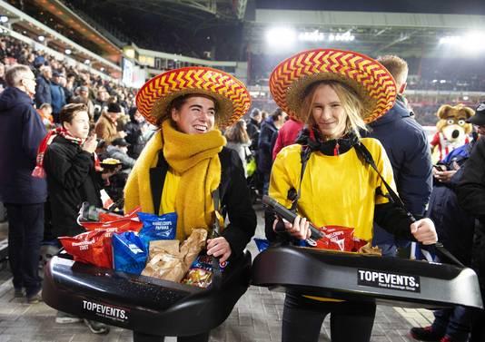Twee verkoopsters met sombrero. De wedstrijd tegen Excelsior stond in het teken van Mexico.