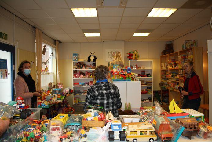 Speelgoed uitgestald in het restaurant in het Vincentiushuis.