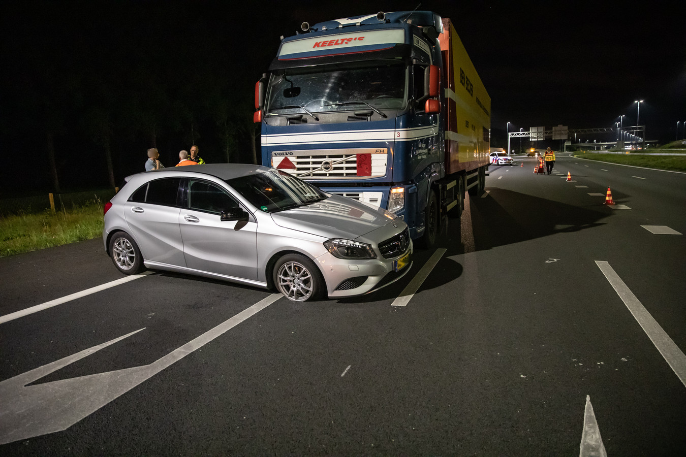 De personenauto raakte bij de botsing zwaar beschadigd.