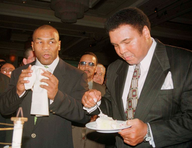 Muhammad Ali en Mike Tyson in 1999. Beeld null