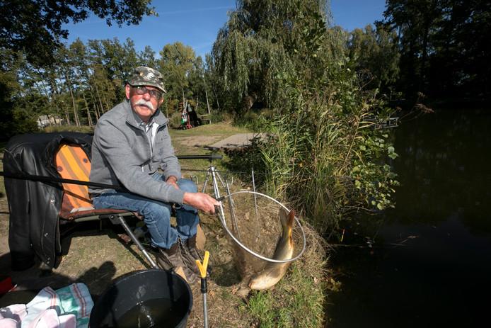 Gerhard Pril mag blijven vissen waar hij viste. Op het inzetje Hans Dings.