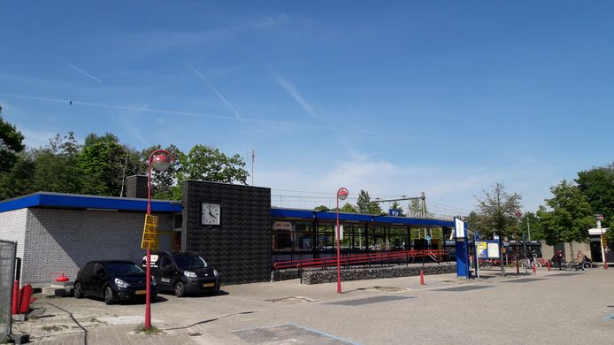 Station Etten-Leur, met aan de achterkant links het verstopte toilet.