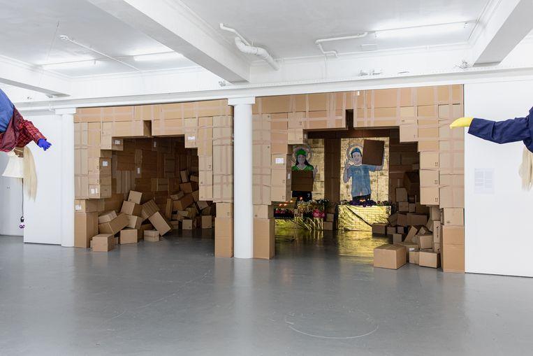 De kapel van Raul Balai in kunstruimte Nest, Den Haag, gebouwd uit vijfhonderd kartonnen dozen.  Beeld Natascha Libbert