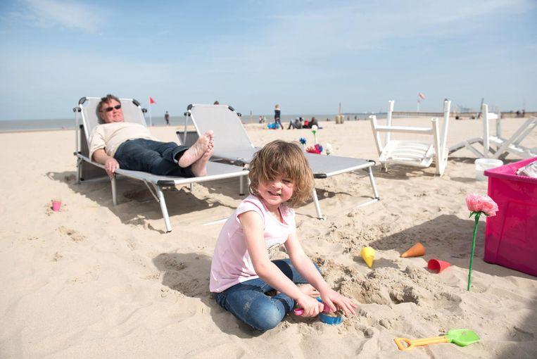 Dit meisje kan eindelijk met haar schepjes op het Blankenbergse strand spelen.
