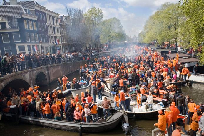 Zon en drukte op de Amsterdamse grachten.