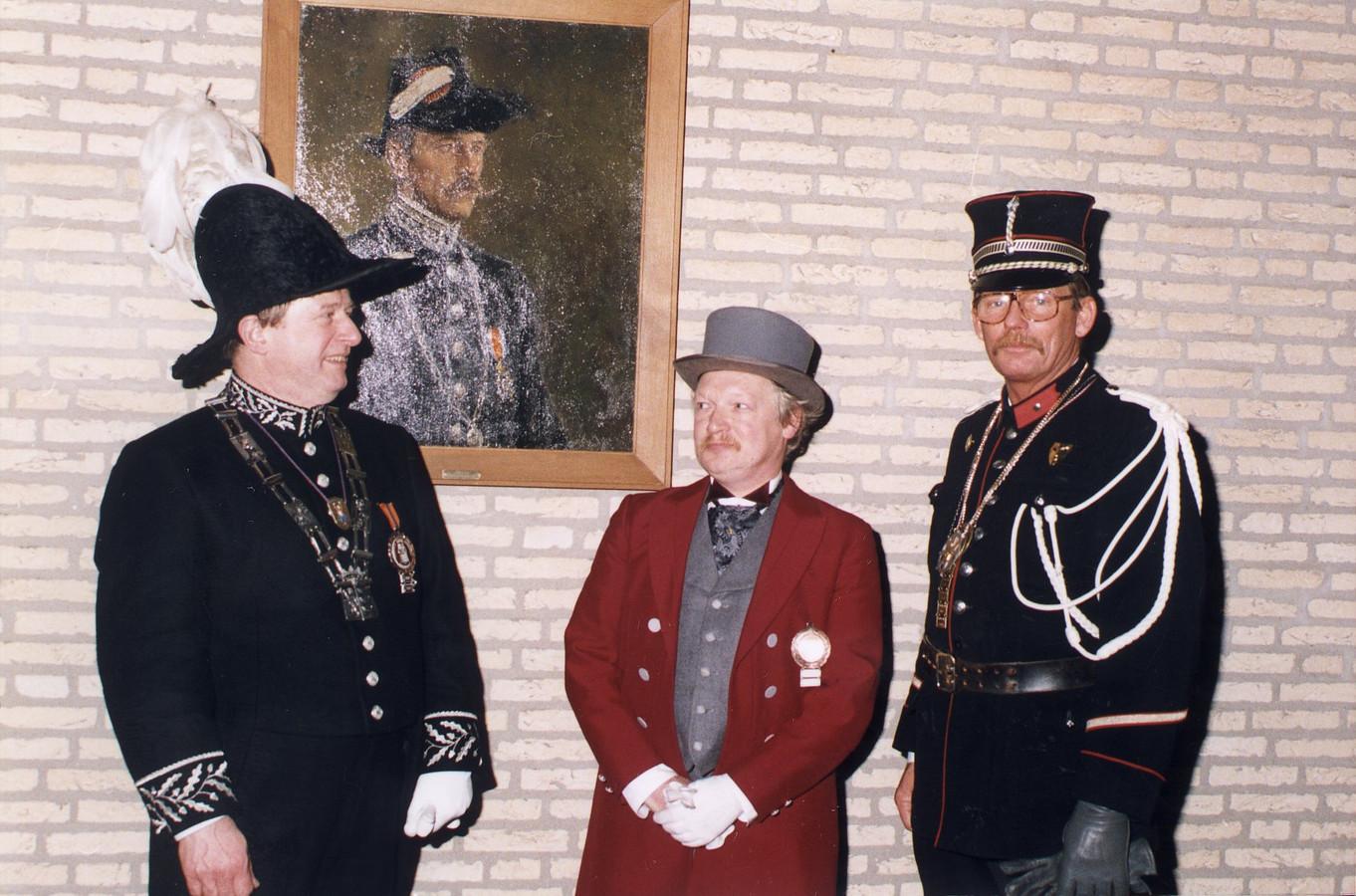 De protocollaire 'gezagsdragers' van Federatie Eindhovens Carnaval zo'n twintig jaar geleden: rechts in beeld Veldwachter Flip Raap, met naast zich d'n Assepoester Ben de Klerk en links Frans Koch, de tweede D'n Urste Burger van Ouw Eindhoven.