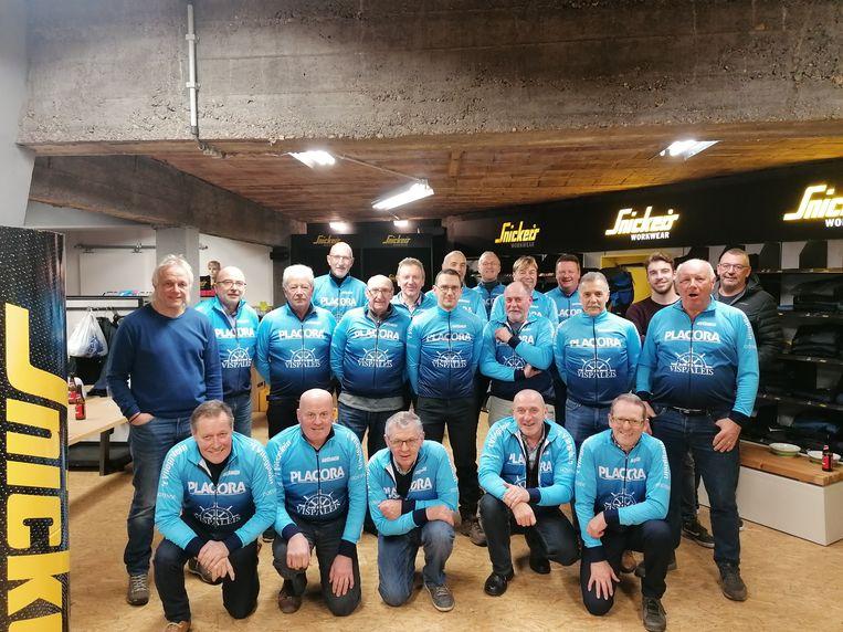 De vrienden van wielertoeristenclub WTC Placora uit Oostende pronken met hun nieuwe truitjes