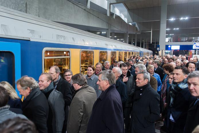Ondernemers en politici in de rij voor de bijzondere rit naar Antwerpen.