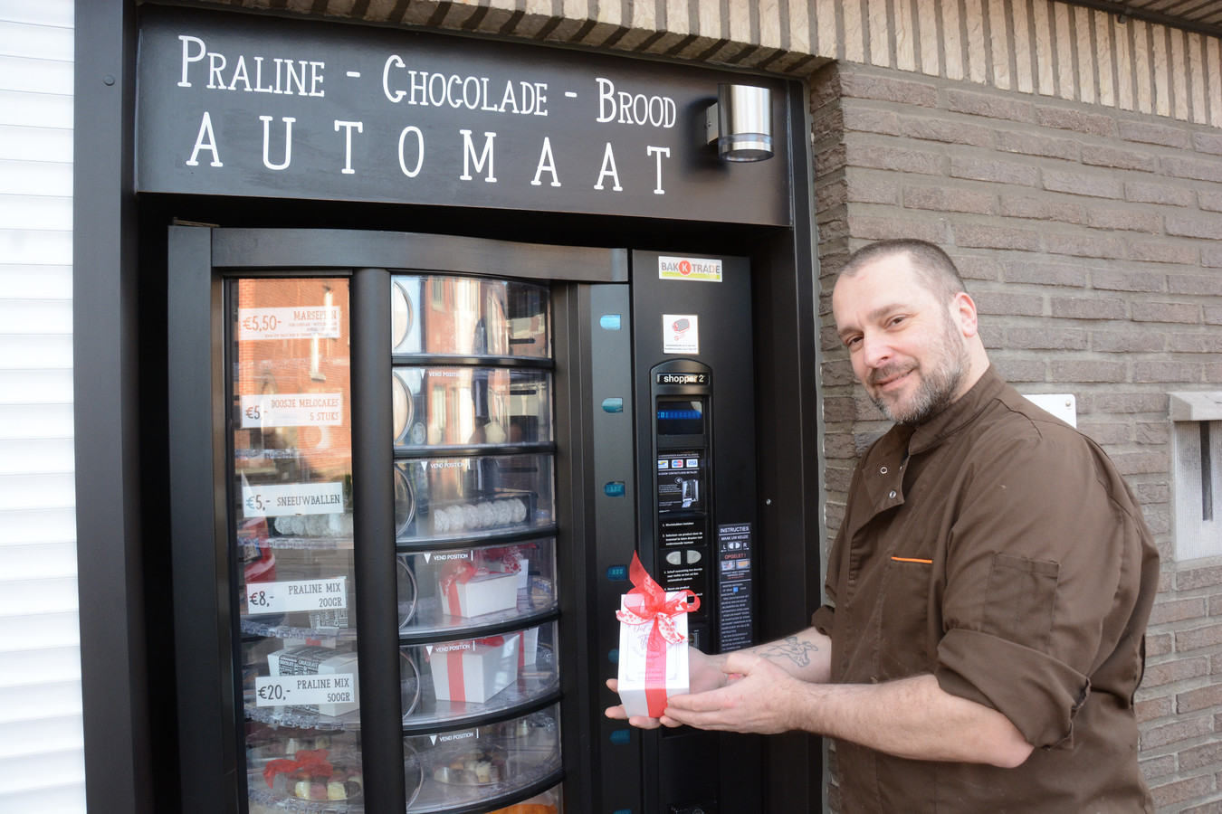 Dominique Heyrman combineert zijn werk als havenarbeider met die van chocolatier. Omdat zijn winkel enkel in het weekend geopend is, plaatste hij een pralineautomaat.