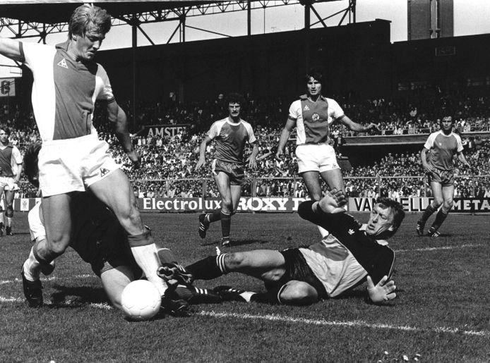 Pim Doesburg in duel met Wim Kieft tijdens Ajax - PSV in 1982