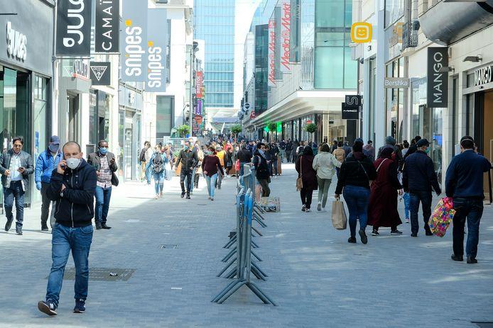 Shoppende mensen in de Nieuwstraat in Brussel.