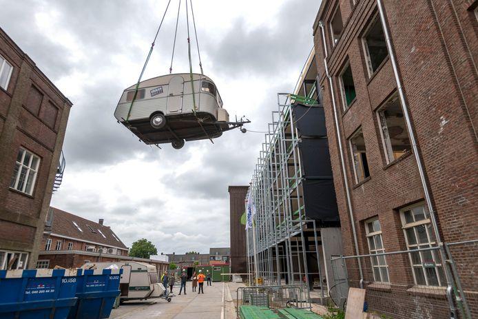 De caravan van Ben ten Hove wordt uit de oude leerfabriek van Oisterwijk getakeld.