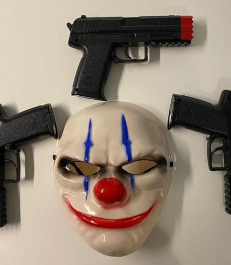 Politie zet straat af in Apeldoorn om griezelig masker en levensechte speelgoedwapens