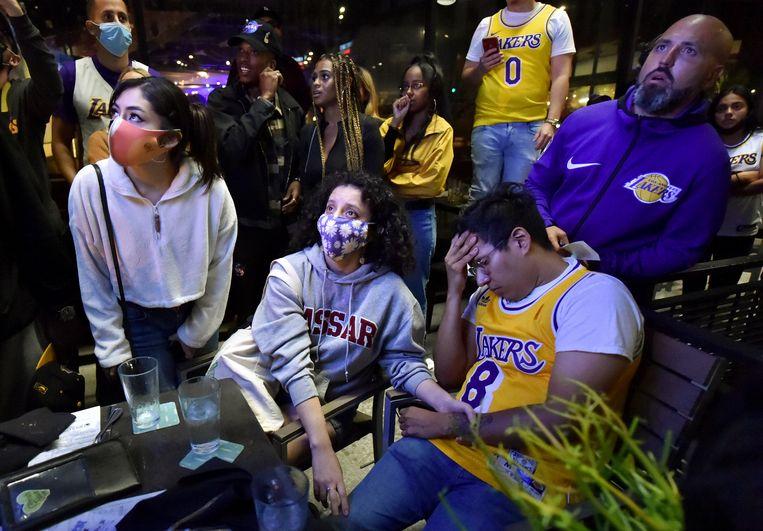 Fans de de Lakers kijken naar een finaleduel dat uiteindelijk gewonnen zal worden voor Miami. Beeld AP