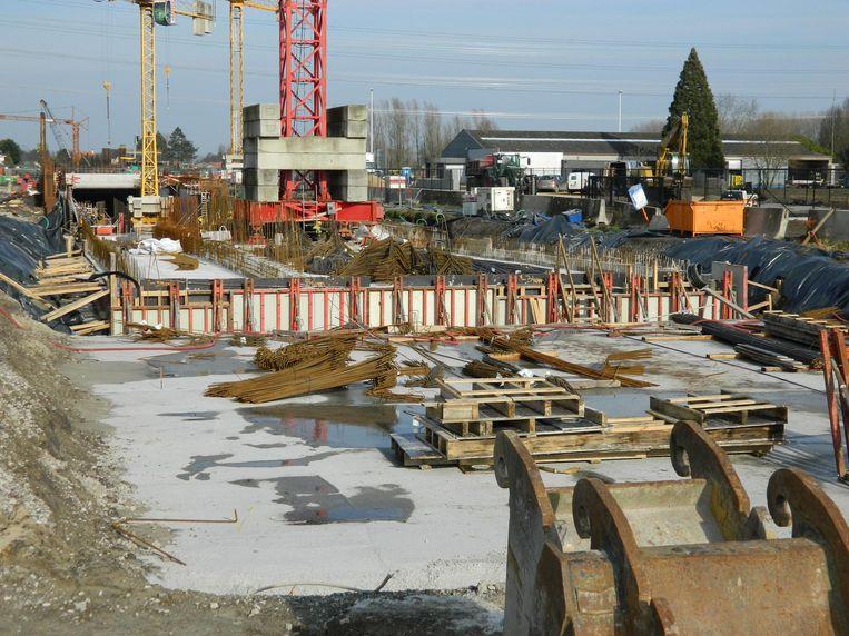 Er werd gisteren volop verder gewerkt aan de nieuwe tunnel onder de N49.