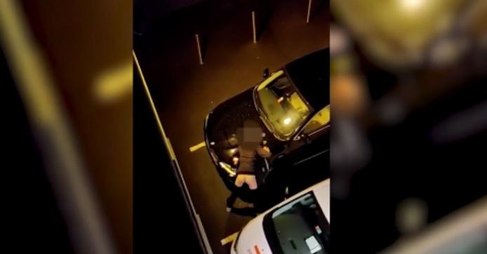 Pantalon baissé, il simulait un acte sexuel sur le capot du véhicule.