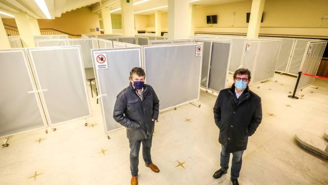 """Minister Bart Somers op bezoek bij vaccinatiecentrum in Kursaal: """"Perfect toegankelijk voor iedereen"""""""