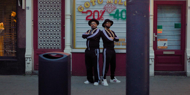 De hiphopgroep Run-D.M.C. was onder andere herkenbaar aan hun veterloze sneakers en gouden kettingen.