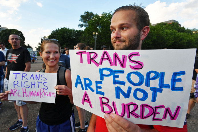 Betogers tegen Trumps anti-transgender beleid voor het Witte Huis in Washington.