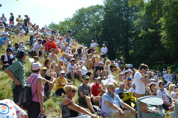Tour de France in Geraardsbergen - De toeschouwers op de Muur wachten op de passage van de renners.