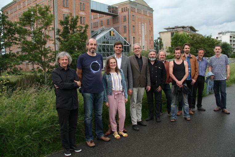 Het team van Stad Onderstroom voor de locatie waar het gratis zomerfestival zich afspeelt in Diksmuide