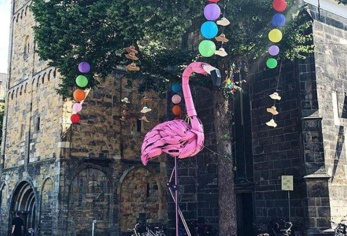 Op de Oude Markt in Enschede is een grote flamingo te bewonderen.