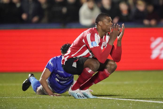 PSV-captain Denzel Dumfries kan het even niet meer aanzien.