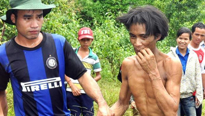 Ho Van Lang (r) wordt uit de jungle gehaald