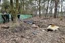 De politie deed de inval in de keet, waar het een enorme rotzooi is, woensdagochtend.