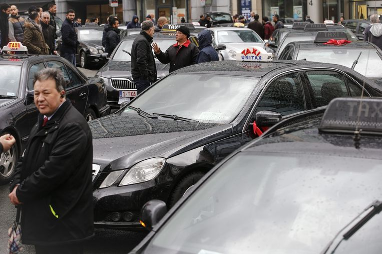Stakende taxichauffeurs tegen de komst van UberPOP in Brussel, begin maart. Beeld epa