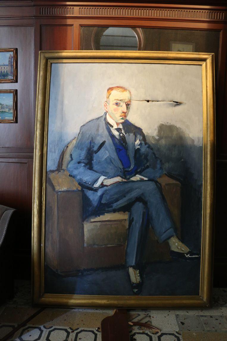 Het beschadigde portret van Nicolas Sursock dat Kees van Dongen eind jaren twintig schilderde. Beeld Rowina BouHarb