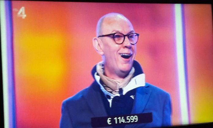 René uit Almelo krijgt te horen dat hij één van de winnaars is van Eén Tegen 50.