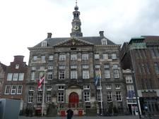 De gevel van het stadhuis, pronkstuk van de Markt, is vies