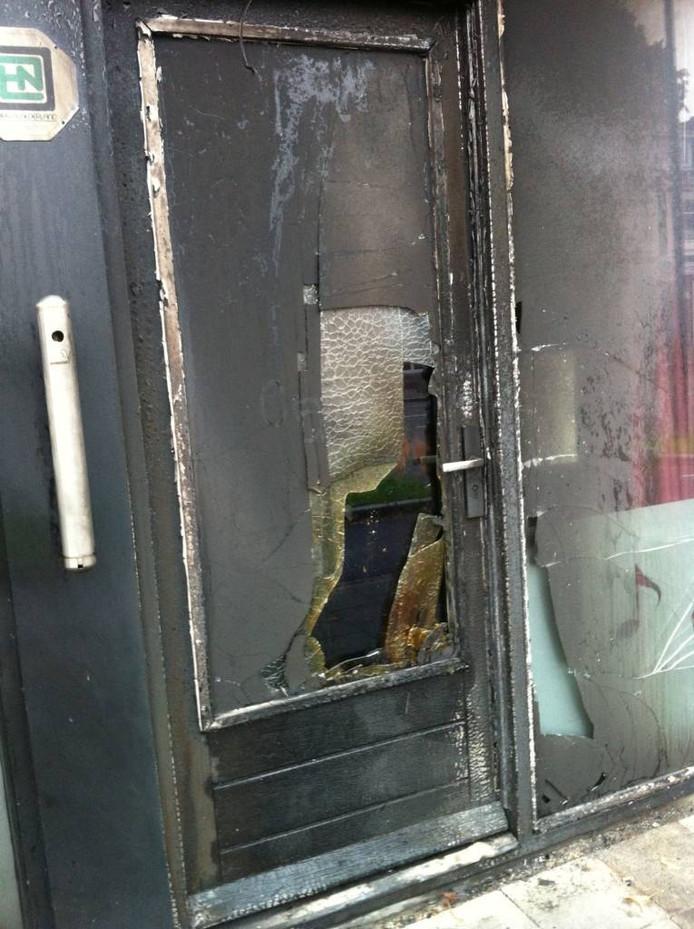 De deur raakte zwaar beschadigd. Foto Matthijs Oppenhuizen