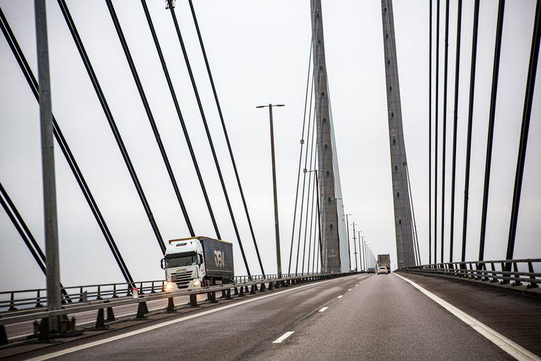 Dagelijks rijden zo'n 70 duizend voertuigen over de brug. Beeld Julius Schrank