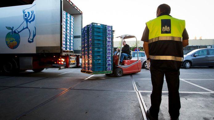 Een controleur van de Voedsel- en Warenautoriteit houdt een oogje in het zeil. (archieffoto)