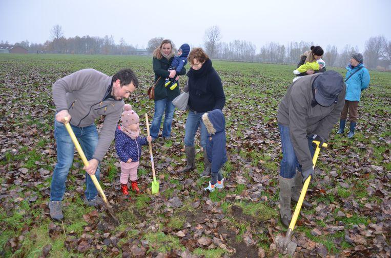 De boomplantactie van Groen en sp.a bracht recent heel wat ouders en kinderen op de been.