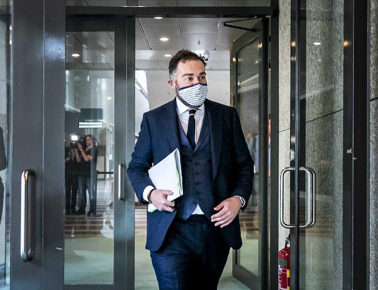 Klaas Dijkhoff (VVD) loopt met een mondkapje op de plenaire zaal in na een schorsing van het Tweede Kamerdebat over de ontwikkelingen rondom het coronavirus.  Beeld ANP