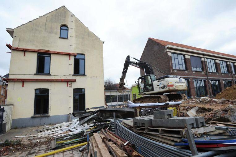 Een deel van het oude schoolgebouw werd eerder al afgebroken (archiefbeeld).