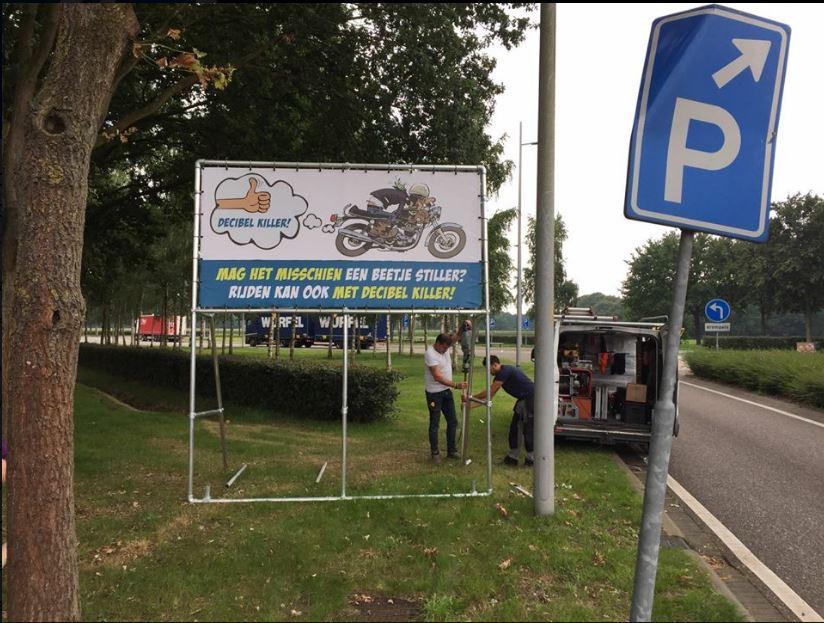 Met een bord op de parkeerplaats bij Shell Hoezaar wordt een bord geplaatst om motorrijders te vragen het lawaai dat zij veroorzaken te verminderen door een zogenoemde decibelkiller te gebruiken.