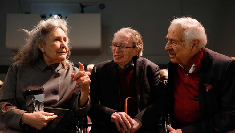 Deborah Campert, Remco Campert en Wim Hazeu tijdens de presentatie van de biografie over Lucebert in het Stedelijk Museum. Beeld Bas Czerwinski/ANP