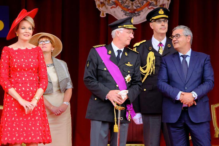 Koning Filip praat bij met dedensieminister Steven Vandeput (N-VA).
