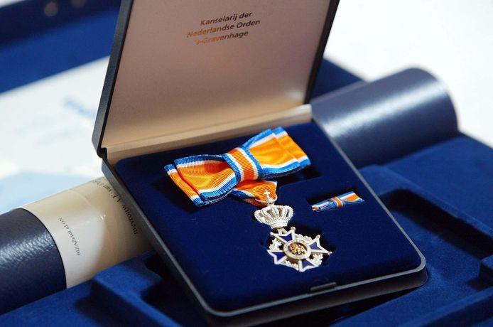 Een koninklijke onderscheiding, behorend bij de Orde van Oranje-Nassau.
