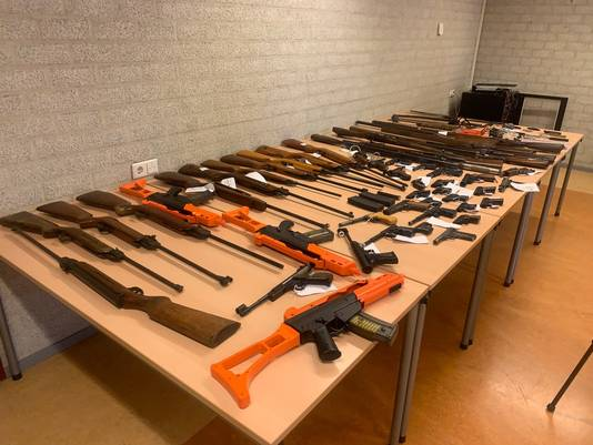 Alle ingeleverde wapens bij elkaar.