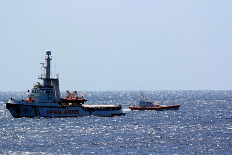 Twee marineschepen escorteren de Open Arms