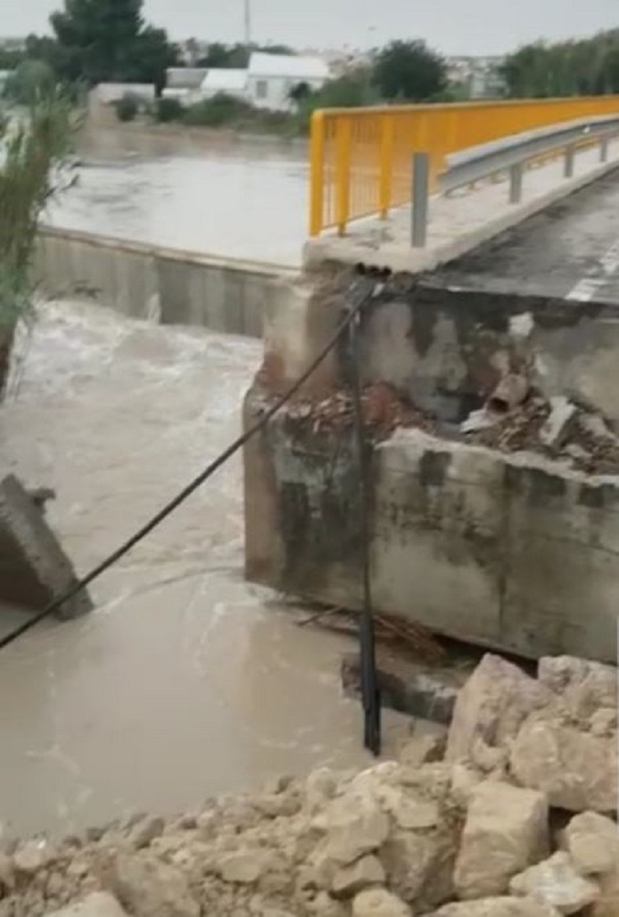 De extreme regenval veroorzaakte grote overstromingen en schade langs rivieren in het gebied tussen Murcia en Valencia.