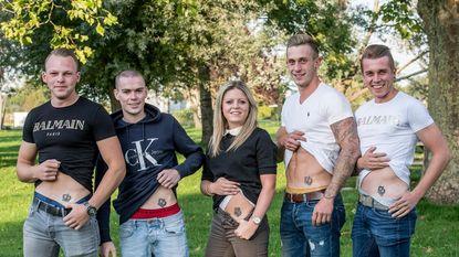 Zes vrienden laten postcode Staden op onderbuik tatoeëren