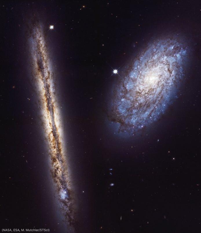 Deux galaxies spirales, l'une vue de côté et l'autre de face.