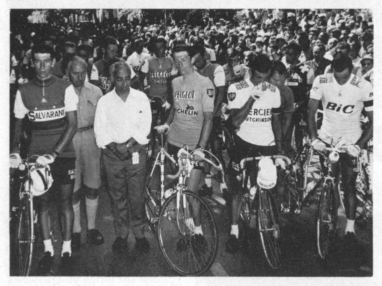 Stilte voor de start na de rampdag. De Engelsman Barry Hoban, tweede van rechts, won de rit. Naast hem in het Peugeot-shirt de latere Tourwinnaar Roger Pingeon. Beeld RV
