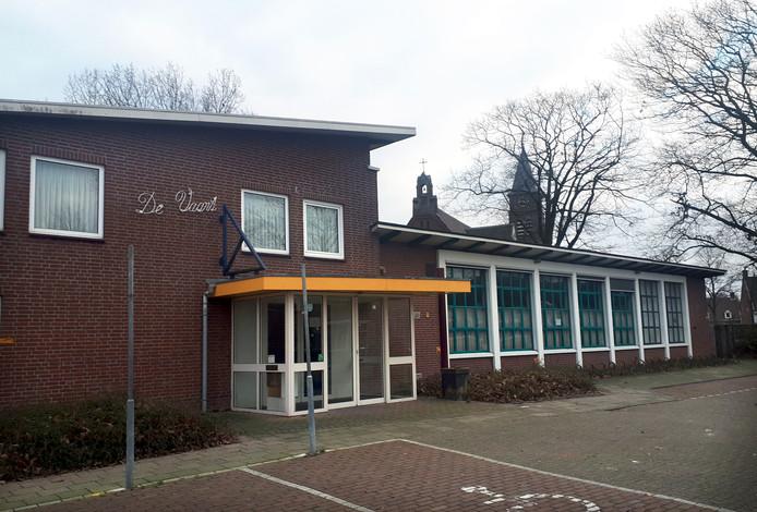 Voormalig dorpshuis De Vaart op de hoek St. Martinusstraat-Rucphense Vaartkant wordt gesloopt om plaats te maken voor 18 appartementen.